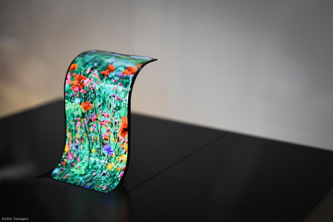 A Sharp flexibilis OLED technológiájú kijelzője a CEATEC kiállításon, Japánban 2018. október 15-én
