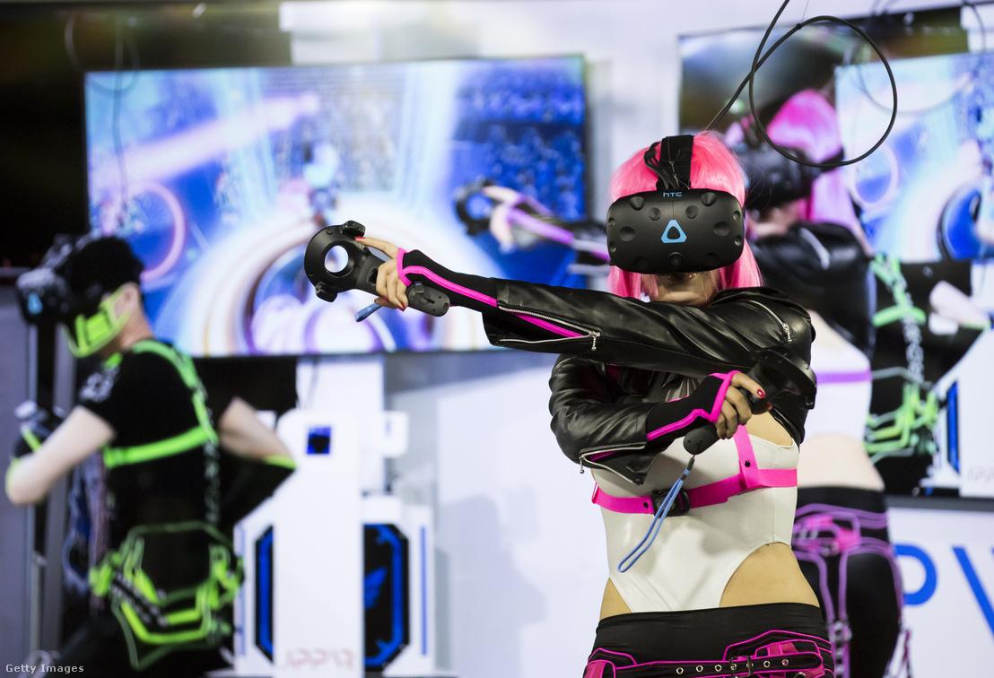 VR szemüveggel játszanak a Tokyo Game Show-n, Japánban 2018. szeptember 20-án