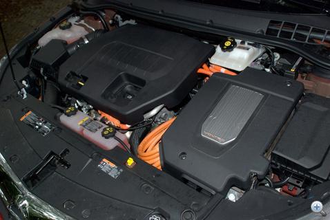 Az 1,4-es benzines balra, jobbra - kevésbé észrevehetően - pedig a villanymotor.
