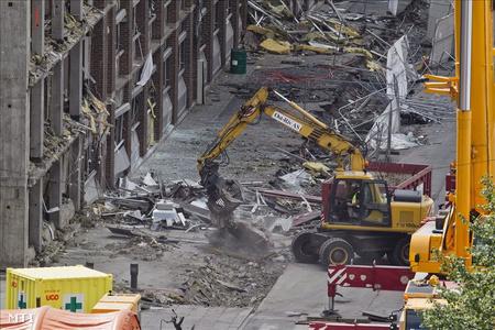 Helyreállítási munkát végeznek a robbanások után az oslói kormányzati negyedben