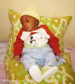 Az egyesület bamakói árvaház támogató projektje keretében Fábry Sándor is örökbefogadott egy csecsemőt