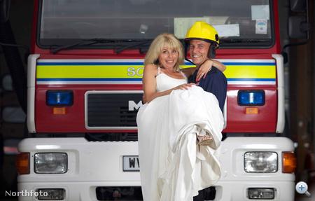 Rod és Julia Rodwell - esküvőjük alkalmából tűzoltóautók előtt pózolnak