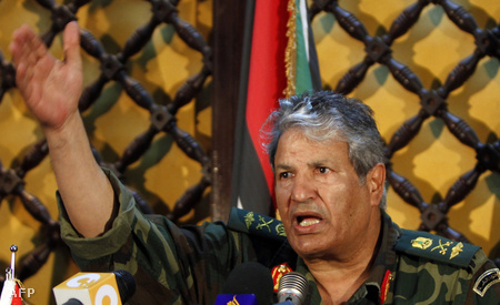 Abdel-Fattah Júnisz tábornok egy sajtótájékoztatón