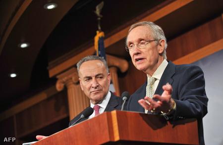 Harry Reid, a szenátus elnöke sajtótájékoztatón beszél, a háttérben Chuck Summer