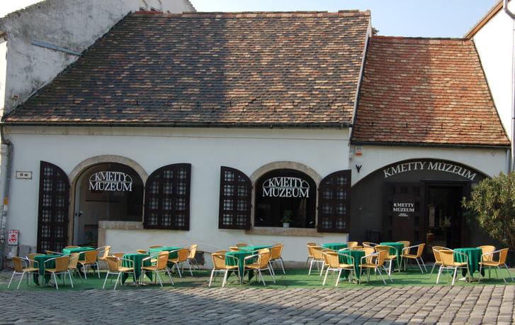 Kmetty Múzeum, Szentedre. 2018 decemberében nyílt újra az eredetileg kereskedőháznak épült kiállítótér