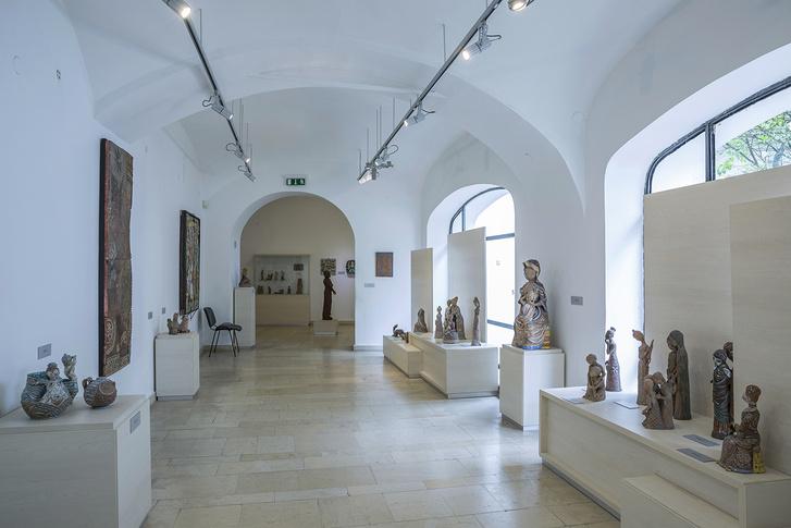 Kovács Margit Múzeum, Szentendre. A kiállítás 2. terme, amely a keramikus 1940-es években készült munkáit mutatja be