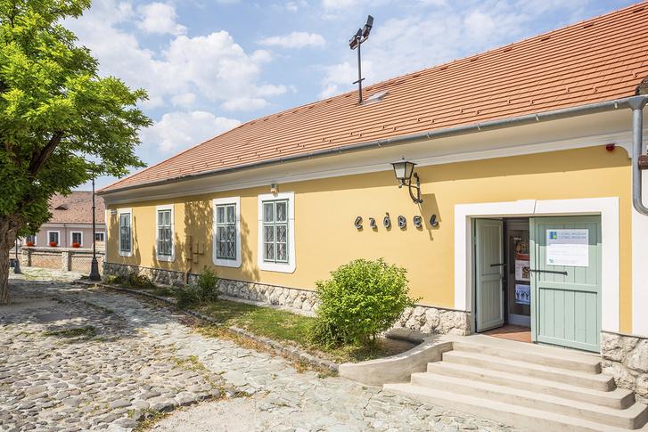 Czóbel Múzeum, Szentendre. A Templomdombon álló, eredetileg római katolikus fiúiskolának épült, 19. századi földszintes épületet a közelmúltban felújították.