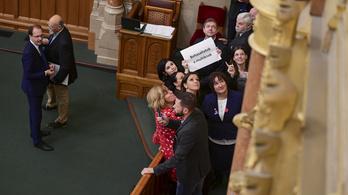 Parlamenti botrány: az ellenzék elfoglalta a pulpitust, fütyült, szirénázott