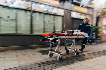 Mentős rohan Strasbourgi karácsonyi vásárra, ahol a lövöldözés volt 2018. december 11-én
