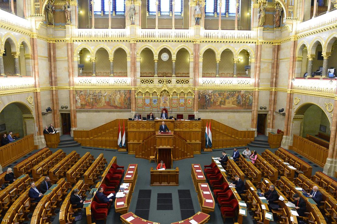 Trócsányi László igazságügyi miniszter a közigazgatási bíróságokról valamint a közigazgatási bíróságokról szóló törvény hatálybalépéséről és egyes átmeneti szabályokról szóló törvényjavaslatok együttes általános vitájának expozéját tartja az Országgyűlés plenáris ülésén 2018. november 14-én