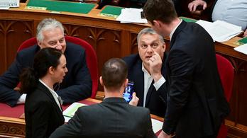 Odaléptek Orbánhoz, miközben az ellenzék megbénította a parlamenti ülést