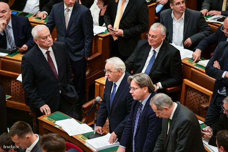 Ezután a KDNP-s Latorcai János vette át az ülés vezetését, szintén a saját helyéről, és megkezdődtek a szavazások