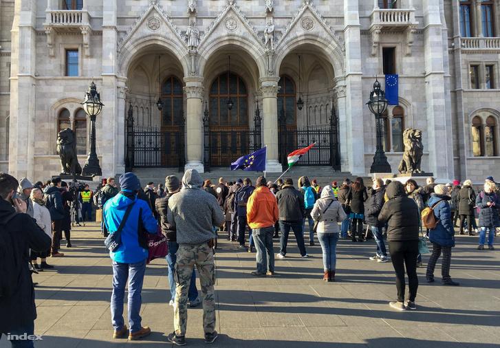 Maximum száz ember gyülekezik a Parlament épülete előtt