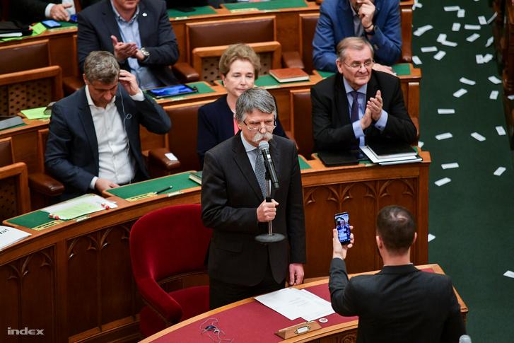 Fél óra csúszással úgy kezdődött el az ülés, hogy Kövér László házelnök nem a pulpitusról, hanem a saját helyéről egy mikrofonnal a kezében nyitotta meg az ülést.