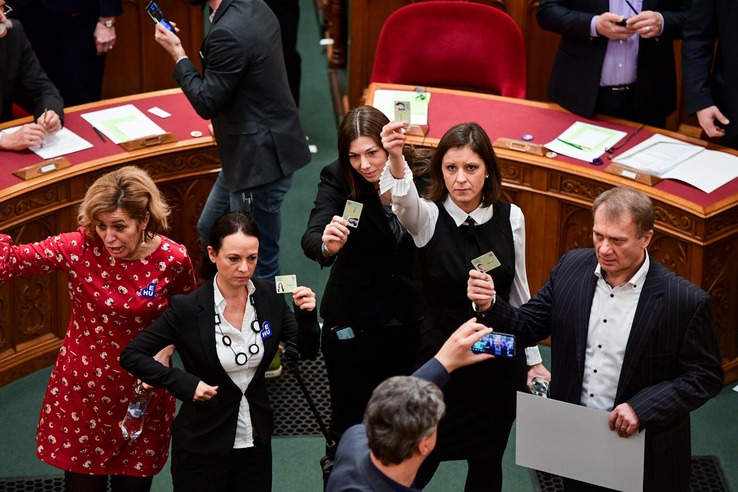 A szavazásokban az ellenzék nem vesz részt, a törvényeket a Fidesz és a KDNP szavazataival fogadja el a parlament, miközben az ellenzékiek jobbára a terem közepén és a házelnöki pulpitusnál állnak és sípolnak végig.