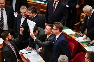 Hogy az ellenzékiek ne zavarják meg a levezető elnököt, a fideszesek, például Orbán Viktor, Gulyás Gergely és Rogán Antal sorfalat állt.