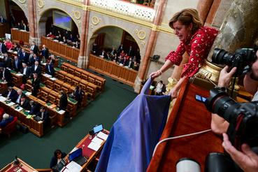 Az ellenzékiek magyar és uniós zászlót is behoztak az ülésterembe. Az uniós zászlót több helyre is kifeszítették.