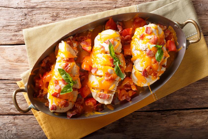 Paradicsomos, baconös csirkemell: sajttal megszórva az igazi