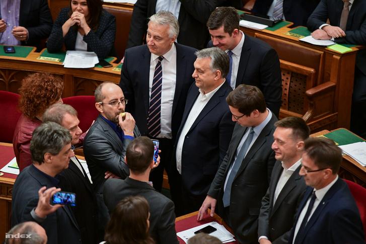 Orbán Viktort kitartóan próbáltak kifütyülni az ellenzéki képviselők.
