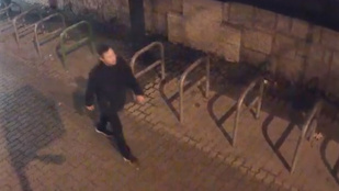 Keresik a férfit, aki szétrúgott egy jegyautomatát Kőbányán