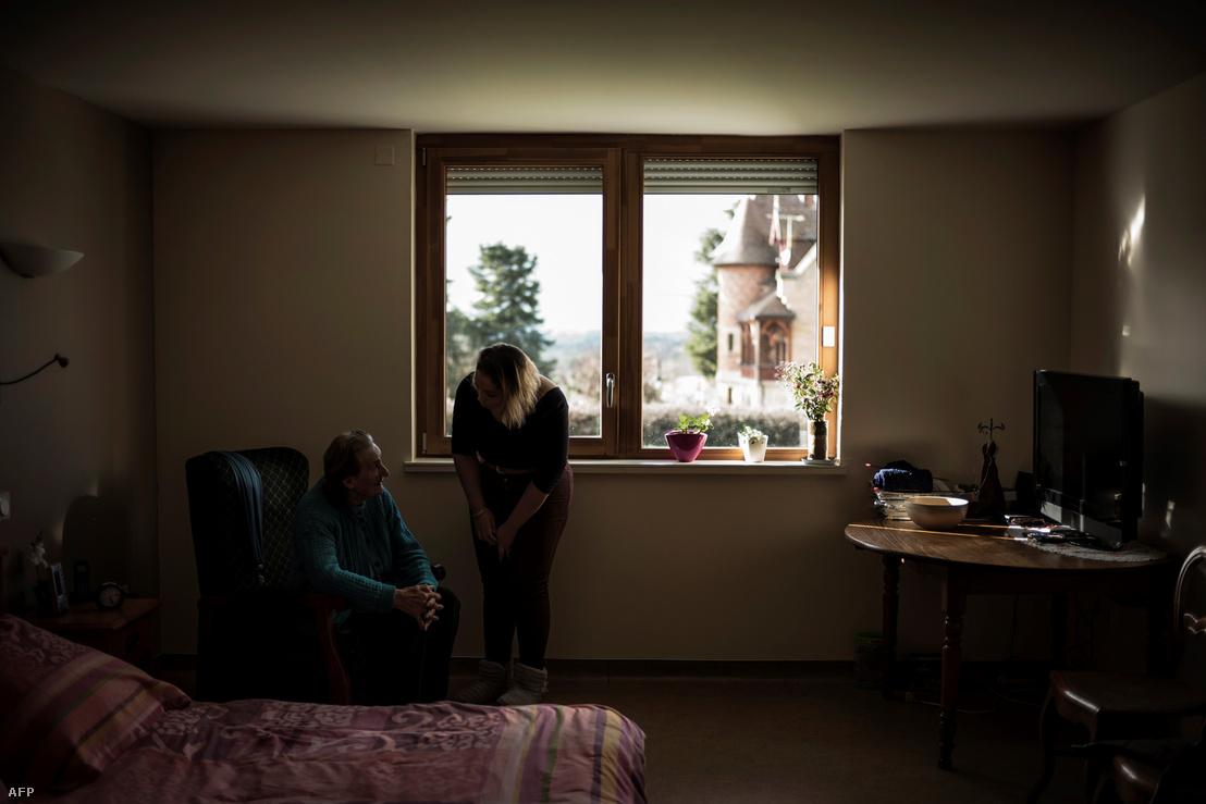 Idős nő és segítője egy franciaországi gondozóházban Saint-Igny-de-Roche városban 2018. január 10-én