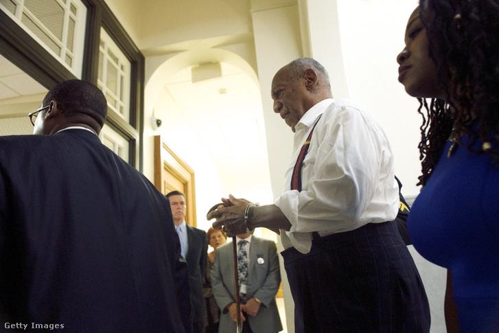 Bill Cosby bilincsben a bíróságon