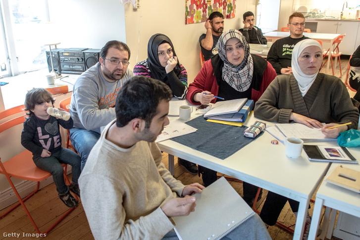 Menedékkérők a svédországi Kladesholmenben egy ideiglenes szálláson svéd nyelvórán vesznek részt 2016. február 10-én