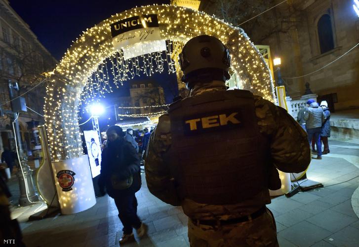 A TEK felfegyverzett kommandósa az Adventi Ünnep a Bazilikánál elnevezésű rendezvényen a budapesti Szent István tér és Bajcsy-Zsilinszky út kereszteződésénél 2017. december 17-én.