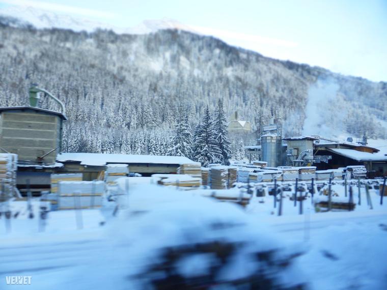 Általában hegyeket-völgyeket lehet látni a vonatból, elég ritkák a gyárak vagy ipari területek