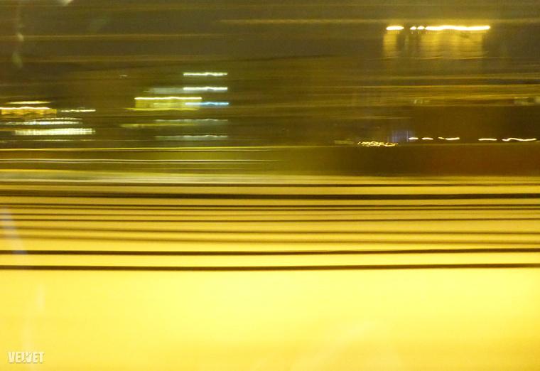 Az út utolsó óráiban már csak ilyen művészi képeket tudok lőni, miközben szép lassan magyar utastársakkal telik meg a vonat az eddigi osztrákok helyett