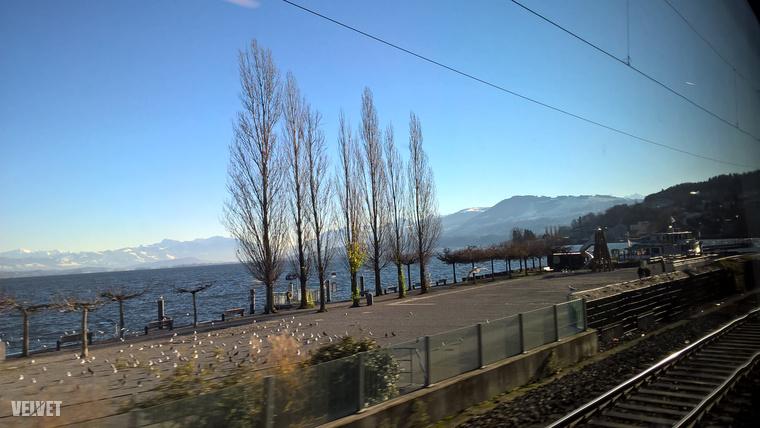 A Zürichi-tó egy hosszúkás tó, aminek az egyik végében van Zürich