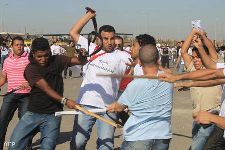 A tárgyalás alatt verekedések törtek ki az elnök hívei és ellenzői között