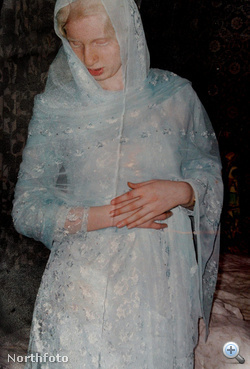 Naseem - az albínó muzulmán lány, aki 18 évesen elszökött otthonról. Most 32 éves, férje katolikus