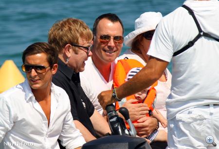 Elton John mellett David Furnish szorongatja a 7 hónapos gyereket.