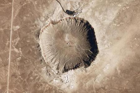 Az arizonai Barringer kráter, egy körülbelül 50 méter átmérőjű vas-nikkel meteorit 50 ezer évvel ezelőtti becsapódásának 1,2 kilométer átmérőjű nyoma.(National Map Seamless Viewer/US Geological Survey)
