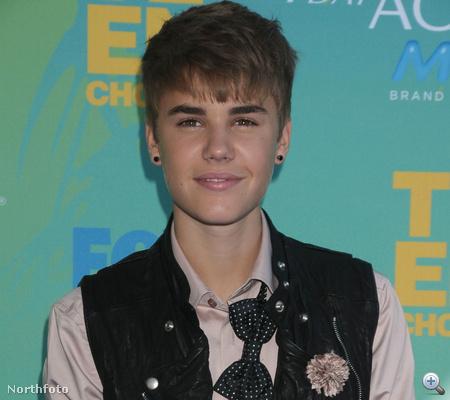 Justin Bieber meg majdnem nyakkendő nélkül.