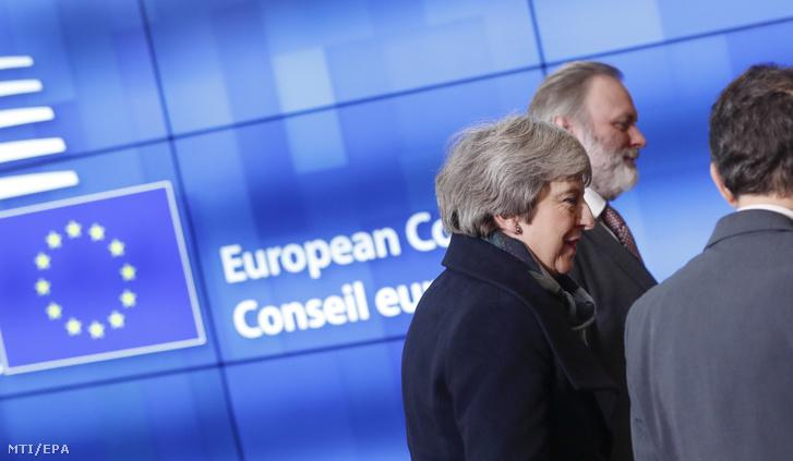Theresa May brit miniszterelnök (b) érkezik az Európai Tanács elnökével, Donald Tuskkal tartandó megbeszélésére az uniós testület brüsszeli székházában 2018. december 11-én.