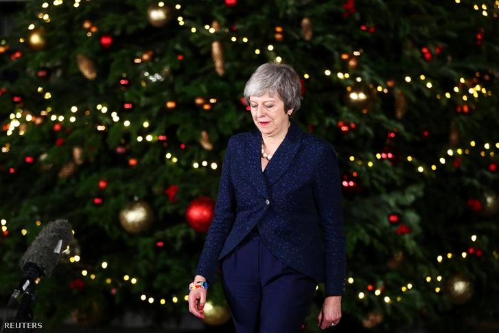 Theresa May konzervatív párti brit miniszterelnök nyilatkozik a sajtónak a londoni kormányfői rezidencia, a Downing Street 10 előtt 2018. december 12-én, miután megnyerte a saját pártja által ellene kezdeményezett bizalmi szavazást.