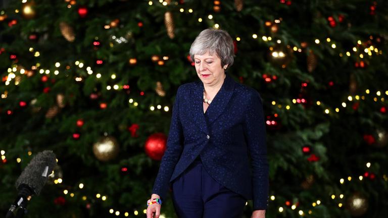 Theresa May túlélte a bizalmi szavazást, ő marad a brit miniszterelnök