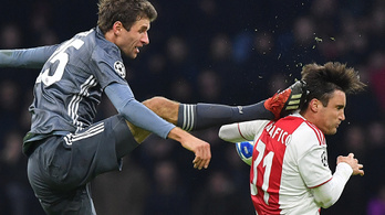 Müller karaterúgással találta telibe az ajaxos fejét