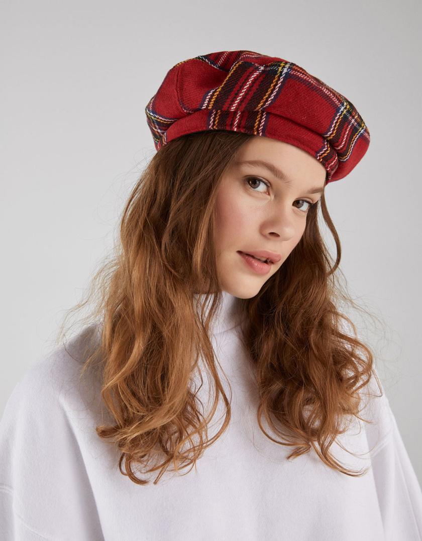 A svájcisapka az év egyik legdivatosabb kiegészítője, piros kockásban pedig még csinosabb választás. Nem takar sokat a homlokodból, mégis melegíti a fejedet. Ez a darab a Bershkában 3995 forint.