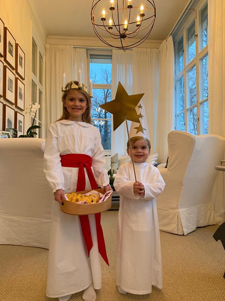 Imádni valóak a hercegi csemeték ebben a karácsonyi maskarában.