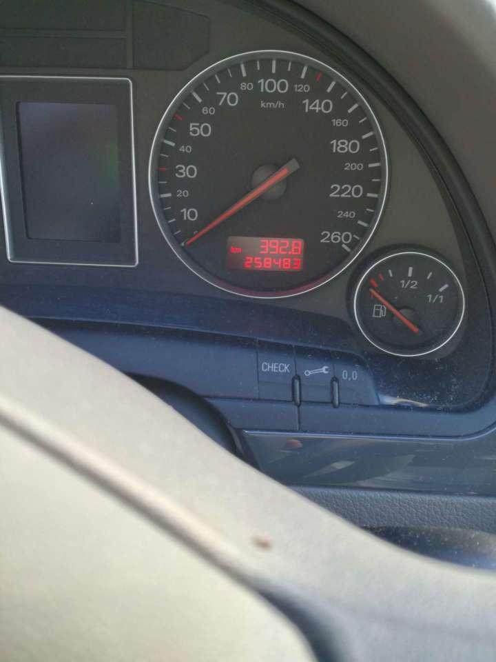 A sebességmérő alatt a check-gombbal végigfuttatható egy hibakeresés, a kis villáskulcs megnyomására meg kiírja mennyi idő és km van még a szervizig