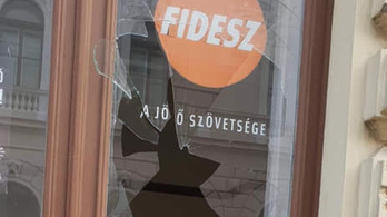 Téglával dobták be a szegedi Fidesz-iroda bejáratát
