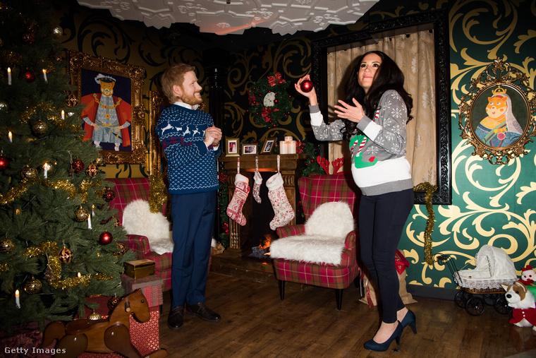 De ha még csak a háttér lenne hátborzongató! Kit akar itt Meghan hercegné karácsonyfadísszel megdobálni? És Harry herceg erre miért dörgöli a kezét ilyen gonoszul?