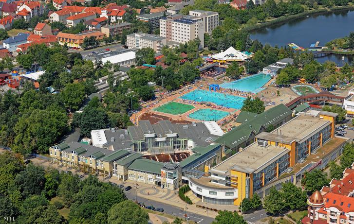 A Gyógy- és strandfürdő (balra) és a Hunguest Hotel Aqua-sol épületei, a háttérben a strandfürdő szabadtéri medencéi.