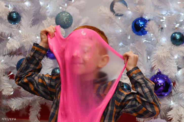 A legújabb, Slimy Elasti Plasti nevű folyékony gyurmát, másnéven ragacsot (Slime) húzza arcára egy fiú a londoni Hamleys játékáruházban 2018. szeptember 26-án