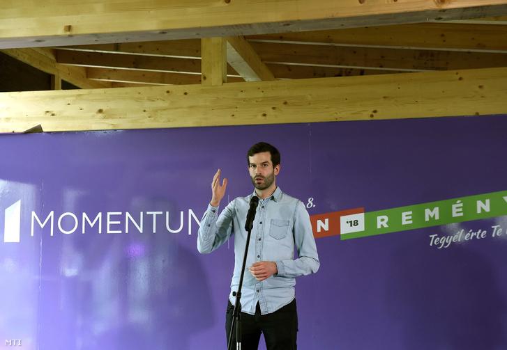 Fekete-Győr András, a Momentum elnöke a párt kampányzáró rendezvényén a fővárosi Remény Központban 2018. április 7-én.