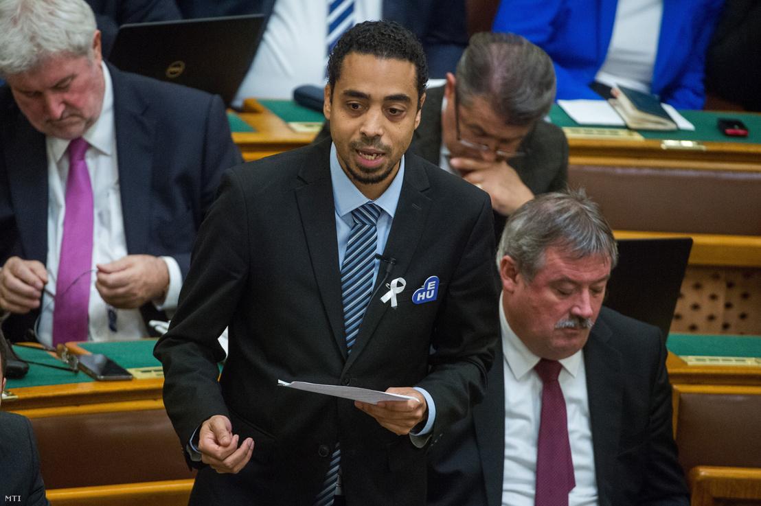 Kocsis-Cake Olivio képviselő (Párbeszéd) interpellál az Országgyűlés plenáris ülésén 2018. november 26-án.