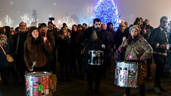 Vádat emeltek egy tüntető ellen, aki letépett egy karácsonyi égősort